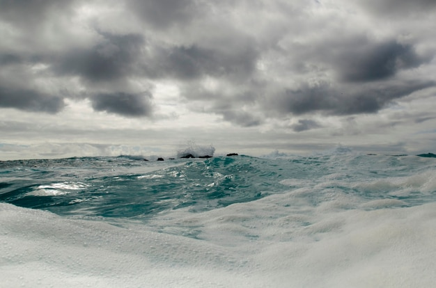 Wellen im pazifischen ozean, playa ochoa, insel san cristobal, galapagos-inseln, ecuador