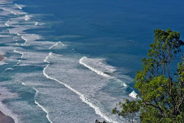 Wellen krachen am strand mit blauem meer an der nordküste von sao paulo. sao sebastiao, sp, brasilien