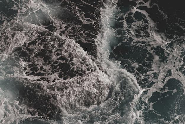 Wellen krachen auf dem meer