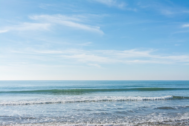 Wellen, meer und sonne spiegeln sich am strand