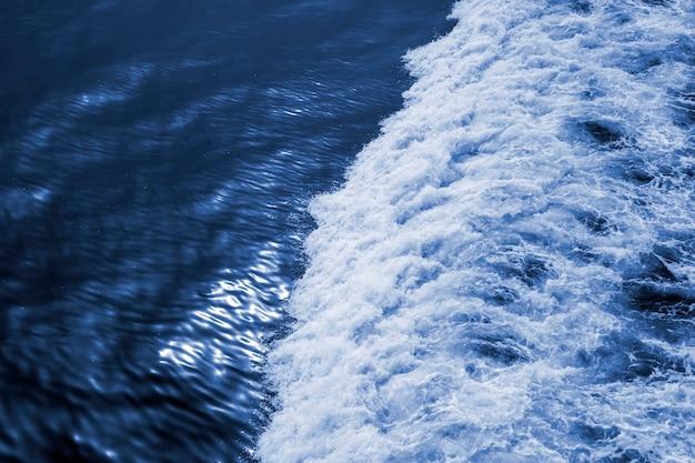 Wellen vom schiff gegen die ruhige see