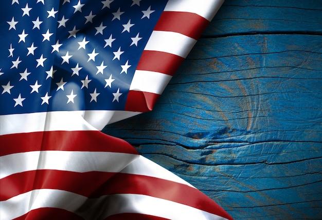 Wellenartig bewegende amerikanische flagge vereinigte staaten von amerika auf hölzerner beschaffenheit
