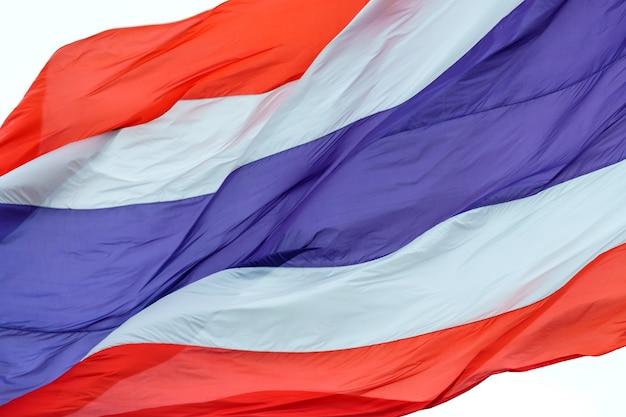Wellenartig bewegende flagge von thailand auf weißem hintergrund