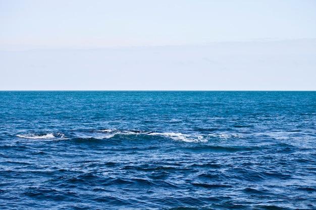 Wellenartig bewegende wasseroberfläche des adriatischen meeres und des himmels.