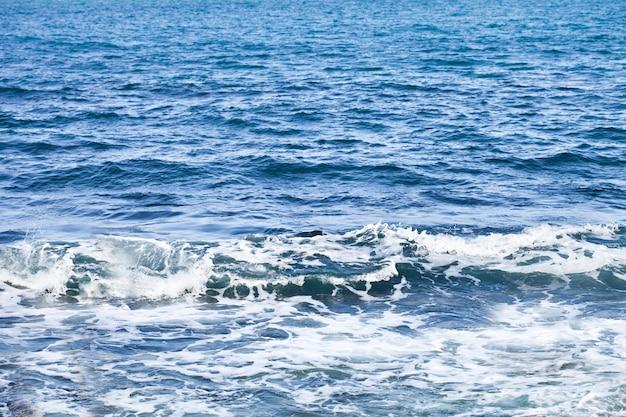 Wellenartig bewegende wasseroberfläche des adriatischen meeres.