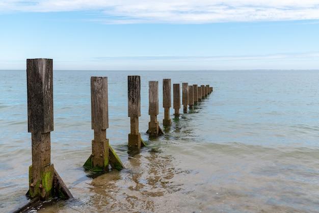 Wellenbrecher, der die wellen ozeanatlantik bricht