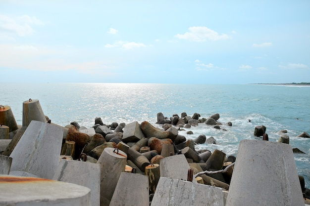 Wellenbrecherblöcke am glagah-strand kulon-progo, yohyakarta