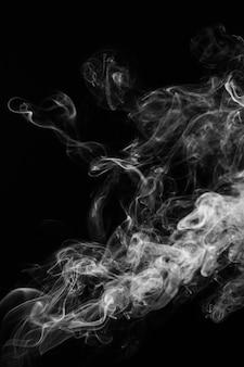 Wellenförmiger rauch auf schwarzem hintergrund