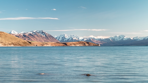 Wellenförmiger see umgeben von bergen