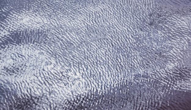 Wellenmusterhintergrundwellen auf der wasseroberfläche. blick auf oberflächliches süß- oder meerwasser. wellen auqa abstrakte hintergründe von meer oder ozeanwelle. aqua strukturiertes tapetenkonzept. platz für website kopieren