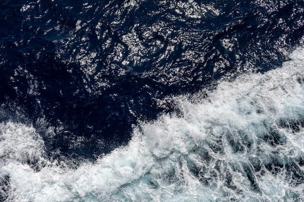 Wellenozean- oder meerwasserhintergrund. blaues meerwasser in ruhe.