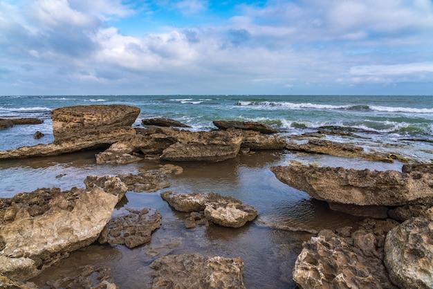 Wellenplätschern an den felsen, frische am strand