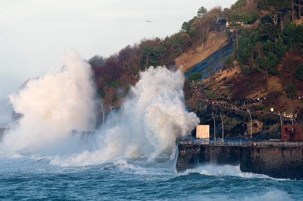 Wellensprung in der stadt san sebastián