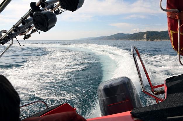 Wellenspur von einem motorboot in scharfer kurve