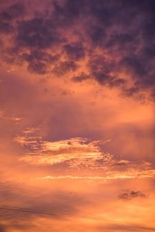 Wellenwolkendunkelheit bunt im sonnenuntergang