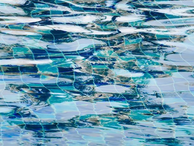 Welliges wasser im schwimmbad.