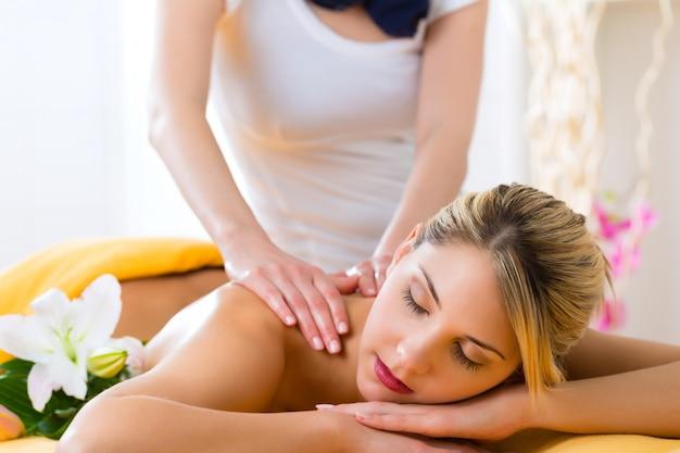 Wellness - frau, die körpermassage im badekurort erhält
