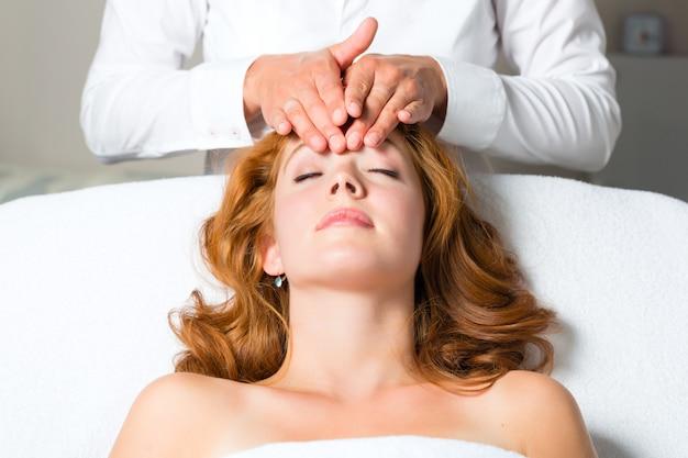 Wellness - frau, die kopfmassage im badekurort erhält