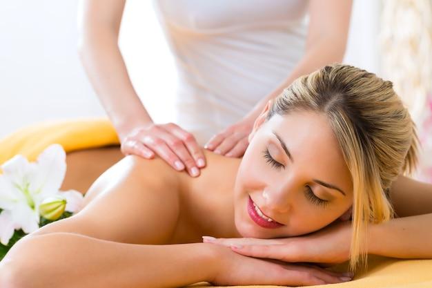 Wellness - frau erhält körper- oder rückenmassage im spa