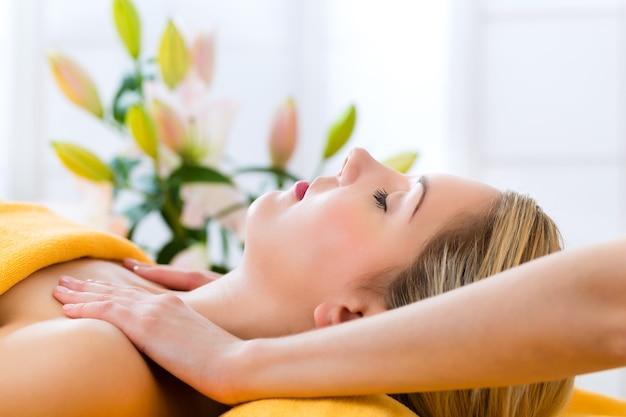 Wellness - frau erhält kopf- oder gesichtsmassage im spa