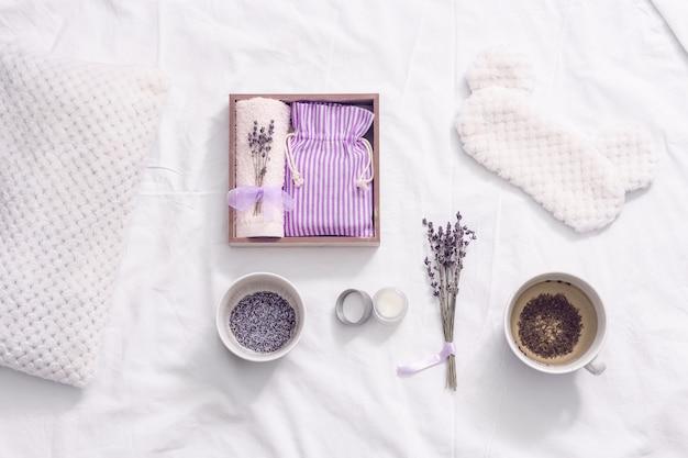 Wellness-geschenkbox mit gesundem kräuter-lavendel-tee, lavendelduft verbessert den schlaf und lindert schlaflosigkeit.