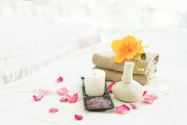 Wellnessanwendungen körperpflege auf dem massagebett