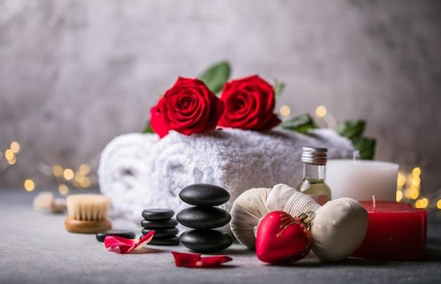 Wellnessdekoration, spa-massageeinstellung, öl auf steinhintergrund. valentinstag