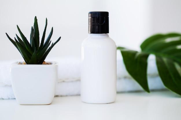 Wellnessprodukte und kosmetik. spa-stillleben mit rosenblüten und ätherischen ölen