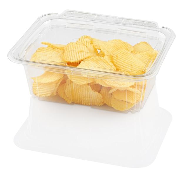 Wellpappe-chips in einem einweg-lebensmittelbehälter, der auf weiß mit beschneidungsweg isoliert wird
