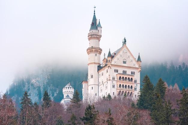 Weltberühmte touristenattraktion in den bayerischen alpen, märchenhaftes neuschwanstein oder new swanstone castle, das romanische revival-palast aus dem 19. jahrhundert am nebligen tag, hohenschwangau, bayern, deutschland