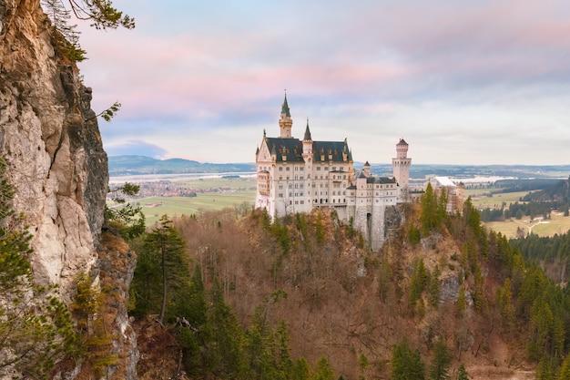 Weltberühmte touristenattraktion in den bayerischen alpen, märchenhaftes neuschwanstein oder new swanstone castle, das romanische revival-palast aus dem 19. jahrhundert bei sonnenuntergang, hohenschwangau, bayern, deutschland