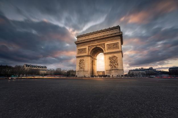 Weltberühmter arc de triomphe im stadtzentrum von paris, frankreich.
