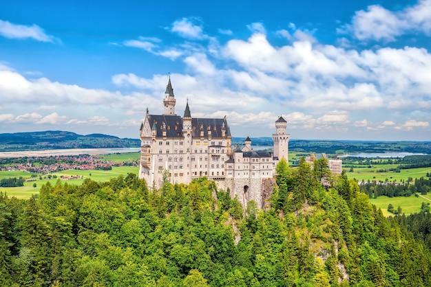 Weltberühmtes schloss neuschwanstein, südwestbayern, deutschland im sommer