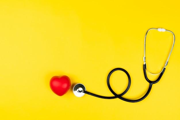 Weltgesundheitstag konzept krankenversicherung des gesundheitswesens mit rotem herzen und stethoskop