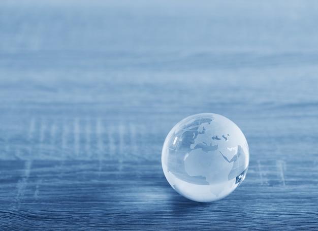 Weltglaskugel mit kontinenten auf dem tisch