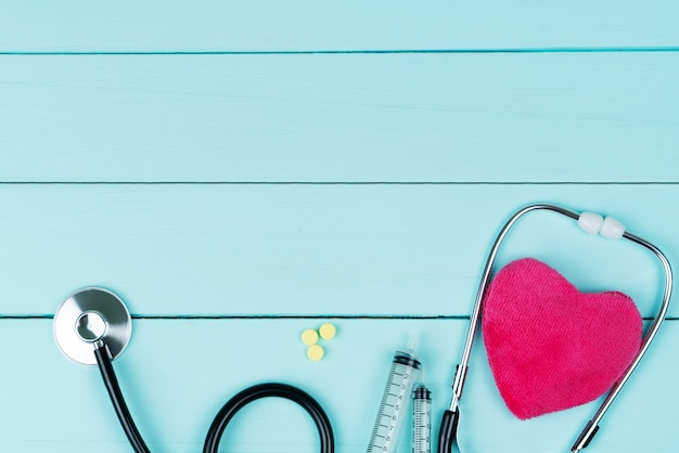Weltherzgesundheitstagkonzept und krankenversicherung des gesundheitswesens mit rotem herzen und stethoskop