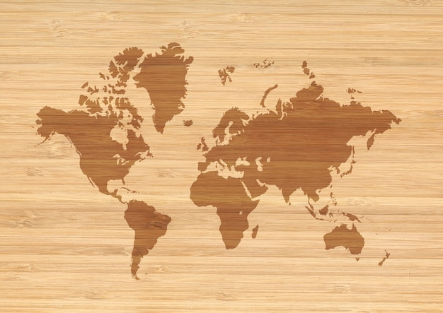 Weltkarte auf beige holzwandhintergrund isoliert.
