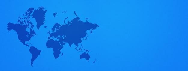 Weltkarte auf blauem wandhintergrund isoliert.