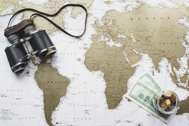 Weltkarte hintergrund mit geld und fernglas