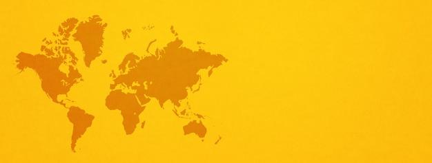 Weltkarte lokalisiert auf gelbem wandhintergrund. horizontales banner