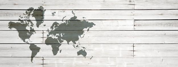Weltkarte lokalisiert auf weißer holzwand