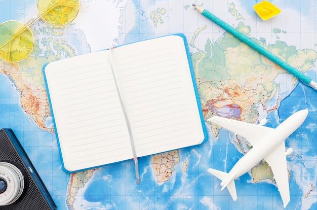 Weltkarte mit reisendem notizbuch