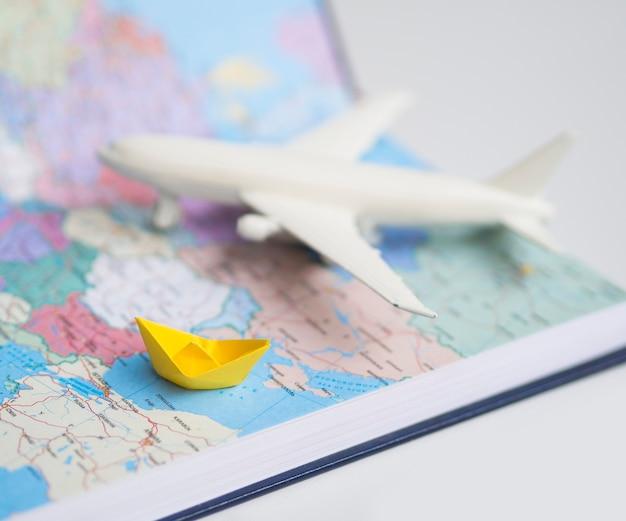 Weltkarte mit unscharfem flugzeug