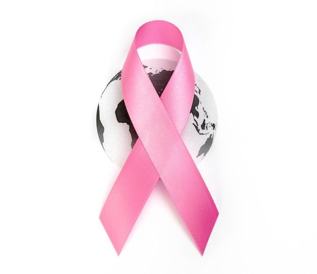 Weltkrebstag: brustkrebs-bewusstseins-band auf weltkarte.