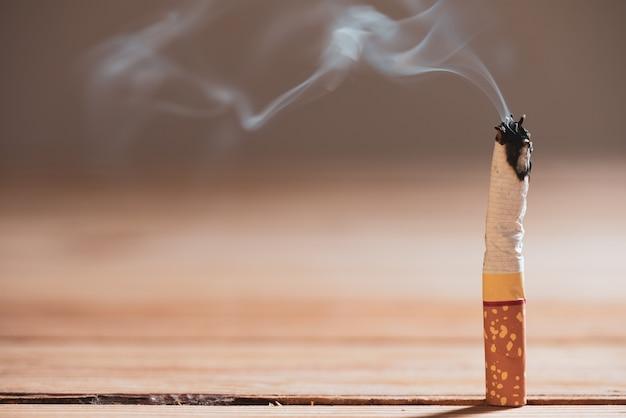 Weltnichtrauchertag, nahaufnahme brennen zigaretten.