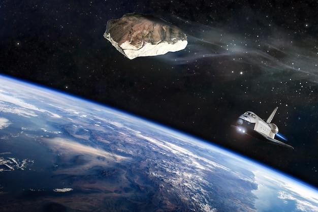 Weltraum, meteoriten, fantasie, illustrationen. ein meteorit nähert sich. das raumschiff hebt ab. elemente dieses von der nasa bereitgestellten bildes