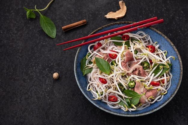 Weltraumfleisch mit gemüsenudeln vietnam essen