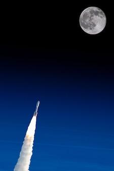 Weltraumrakete, die zu den mondelementen dieses bildes fliegt, das durch nasa-illustration eingerichtet wird