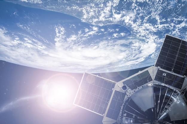 Weltraumsatellit im weltraum, der die erde umkreist. elemente dieses bildes, eingerichtet von der nasa ãƒâ ã'â°