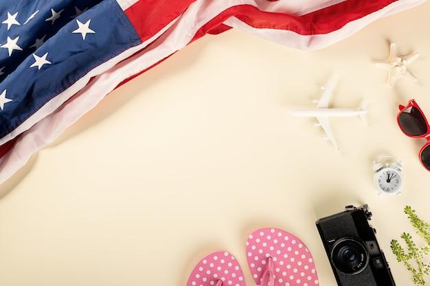 Welttourismustag modellflugzeug-kamera und amerikanische flagge urlaubszubehör strandausflug reisen